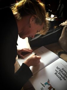 Die Autorin beim Signieren