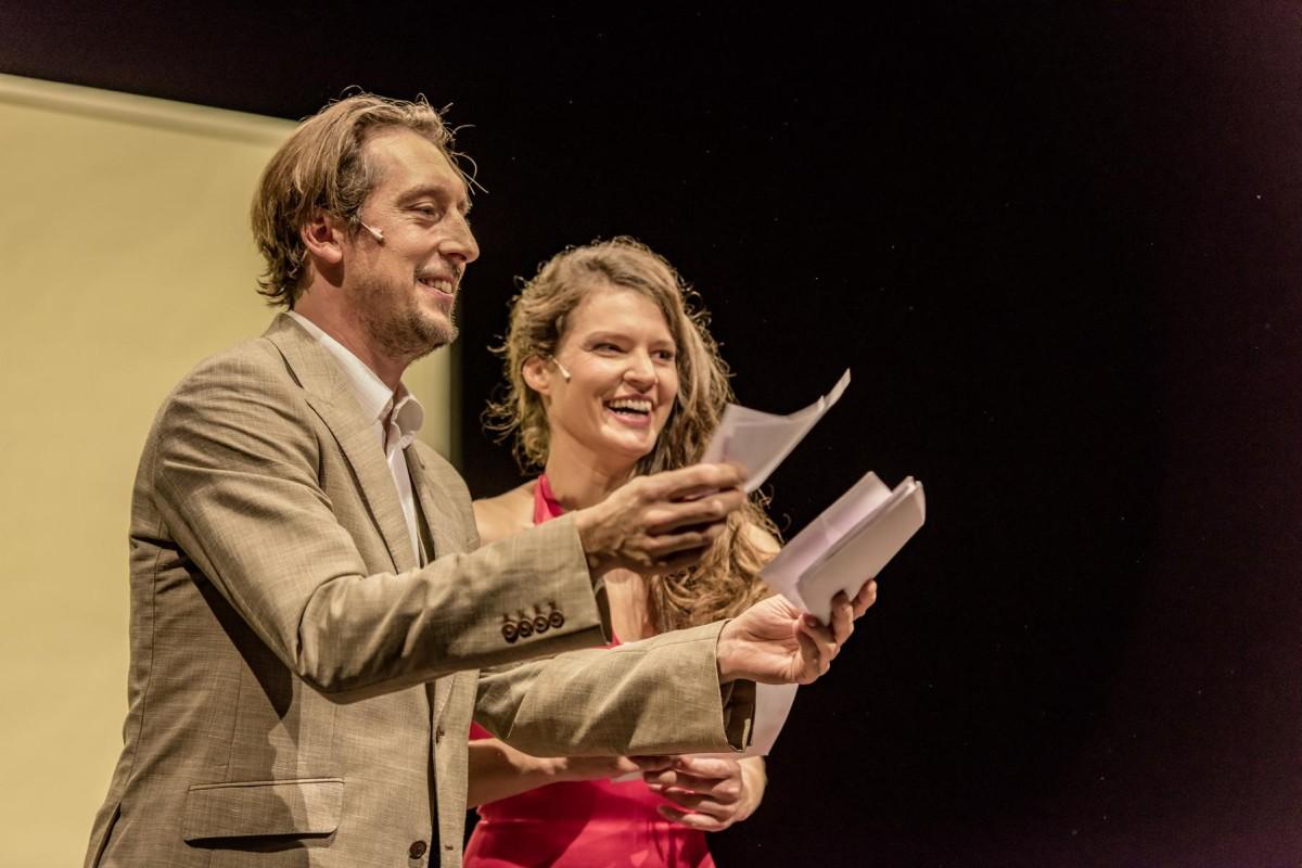 beo_2015_0992_Moderatoren-Duo Hans Löw und Alicia Aumüller amüsieren sich bei der Conference